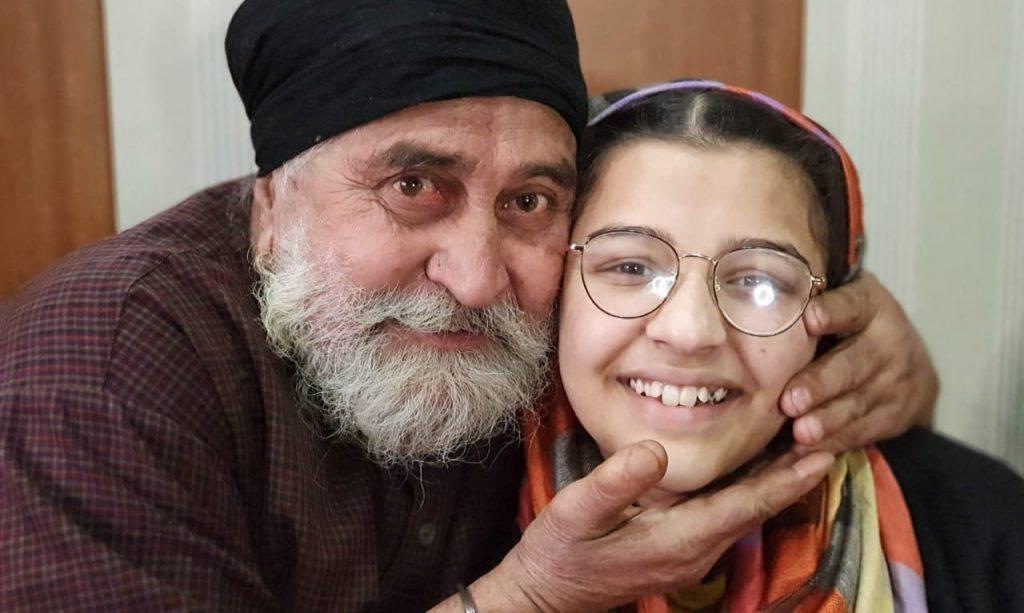 Kashmiri daughter wins 25 Lakh in KBC quiz show, makes parents proud.